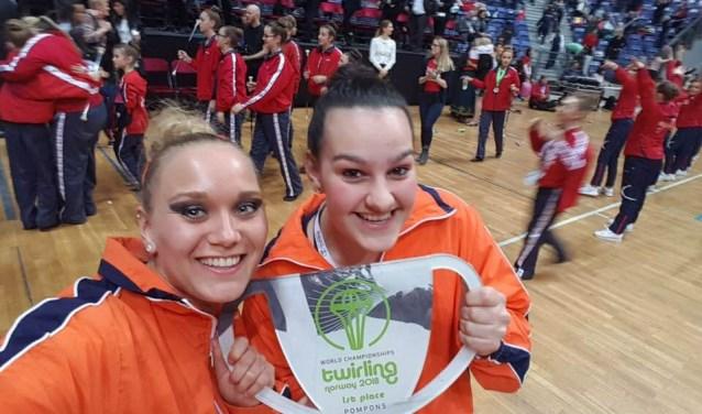 Nadine en Dominique met de kampioensbeker.