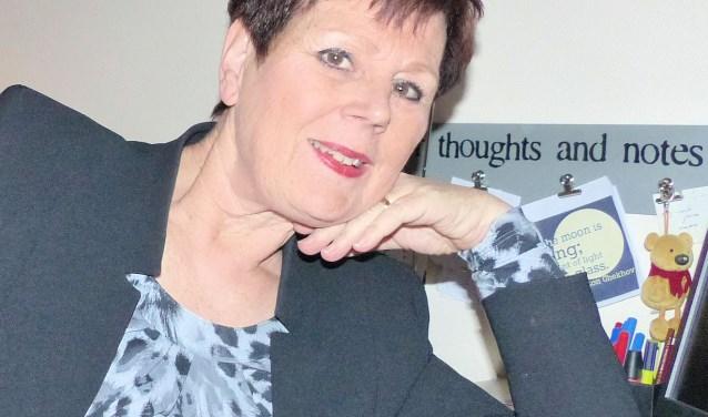 'Achtervolgd' is het nieuwe boek van schrijfster Winnie van Oorschot-van de Sande