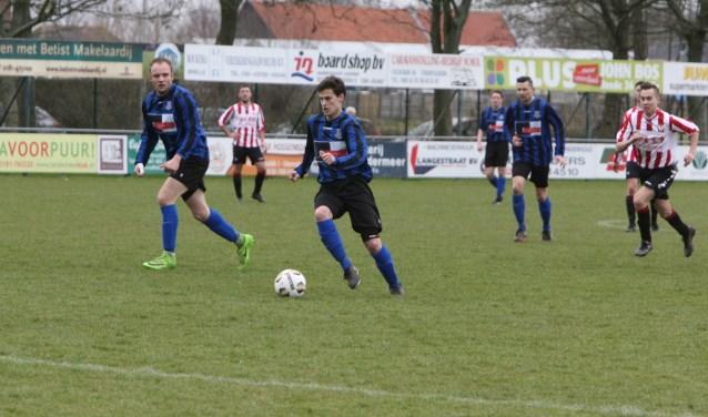 Douwe Zijlstra tekende  voor de openingstreffer van Vierpolders in de met 3-1 gewonnen derby tegen Hekelingen. Foto: Wil van Balen.