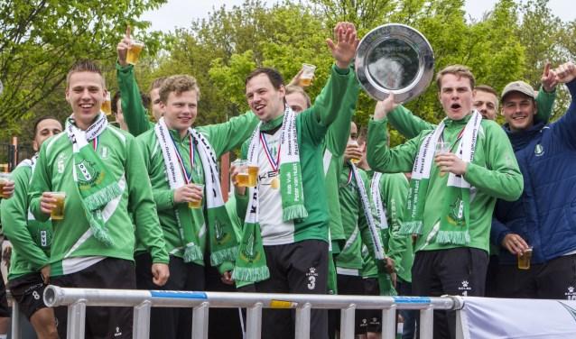 Ontlading bij de OVV-selectie en zwaaien met de schaal: het kampioenschap is ongeslagen binnengehaald...* Foto: Wil van Balen.