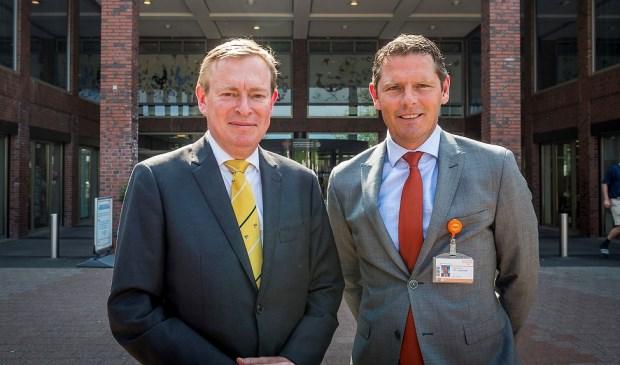 Minister Bruins en Peter Langenbach voor de hoofdingang van het ziekenhuis