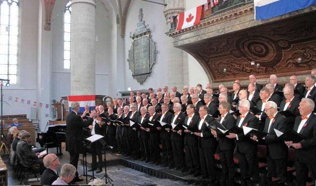 Het Randstedelijk Mannenkoor onder leiding van dirigent Arjan Breukhoven. Orgel: Evert van de Veen, viool: Gerrit van Putten
