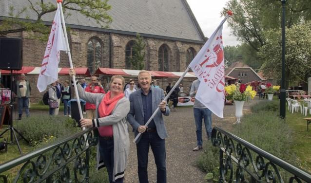 Met het plaatsen van de vlaggen werd de 2e Moederdagfair officieel door wethouder van der Velde geopend