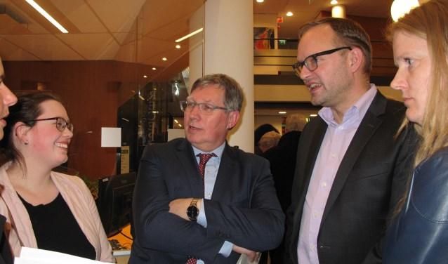 Burgemeester Gregor Rensen met rechts van hem  huidig 1e loco-burgemeester Robert van der Kooi (IBGB) op de avond van de verkiezingen (archieffoto)