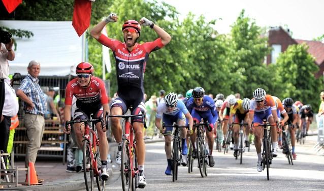 Martijn Keizer trok de sprint aan voor zijn ploeggenoot Chiel Breukelman, maar had zoveel vaart dat hij de ZHETour zelf won.
