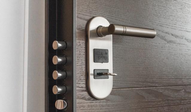 Ruim de helft is voorzichtig en doet alleen de deur open als men in dat kunstlicht door een ruit of deurspion of videocamera de bezoeker kan herkennen of als het bezoek vooraf is aangekondigd.