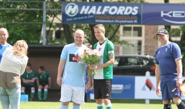 Voorafgaand aan de derby waren er bloemen van Vierpolders voor de titel van OVV in de vierde klasse G. * Foto: Wil van Balen.