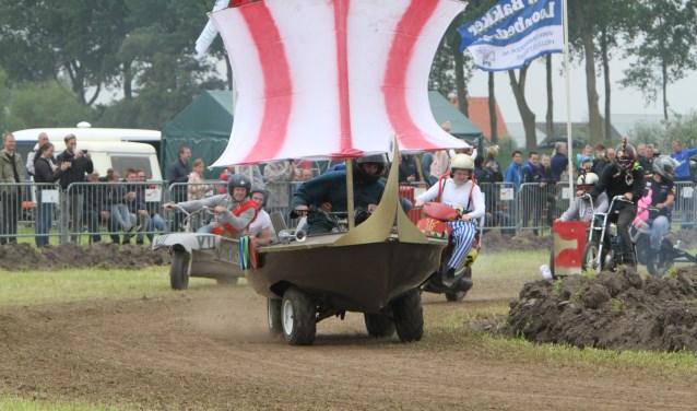Het Romeinse Bad zit het Vikingschip op de hielen tijdens de Boerenbrommercross. * Foto: Wil van Balen.