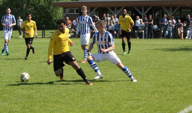 Danny van der Spuij scoorde twee keer voor Zwartewaal in het duel tegen BZCZuiderpark. * Foto: Wil van Balen.