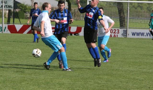 Ricardo Nijsen (midden) en Jesper Lakerveld (rechts) scoorden voor Vierpolders. * Archieffoto: Wil van Balen.