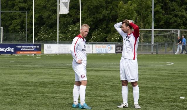 Vertwijfeld gaan Marvin Godschalk (l) en Alex van Dommelen na de verloren finale na waar het fout is gegaan voor Brielle. * Foto: Jos Uijtdehaage.
