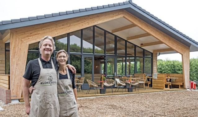 De eigenaren Robin en Nienke Klok voor hun nieuwe pannenkoekenrestaurant Klokshuys (Foto: Jos Uijtdehaage)