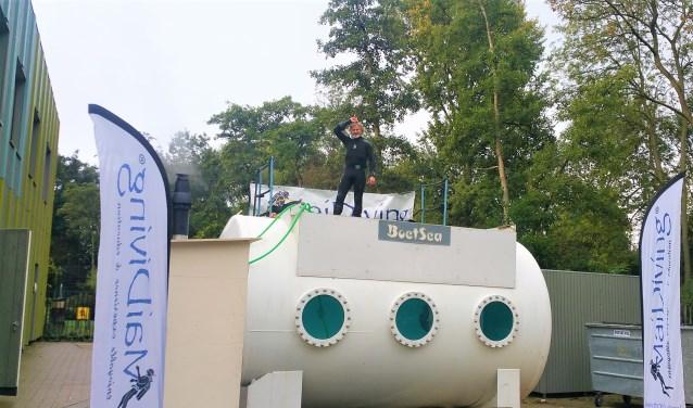 De duiktank, gevuld met 20.000 liter water, staat vijf dagen op het schoolplein.