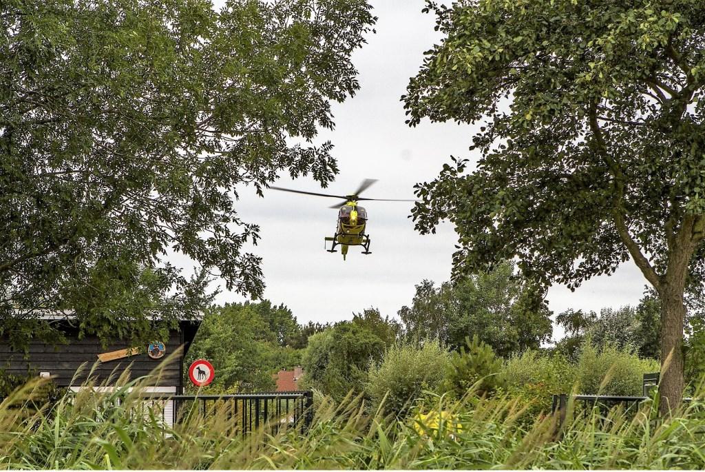 De traumaheli landt in de Natuurspeeltuin  © GrootHellevoet.nl