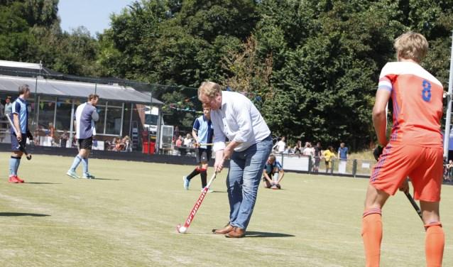 Westvoornes burgemeester Peter de Jong verrichtte de afslag voor het demoduel bij Forcial. * Foto: Wil van Balen.