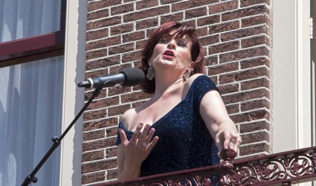 Met veel passie opende Graziella Frerichs zaterdag Brielle Achter de Voordeur (Foto: Jos Uijtdehaage)