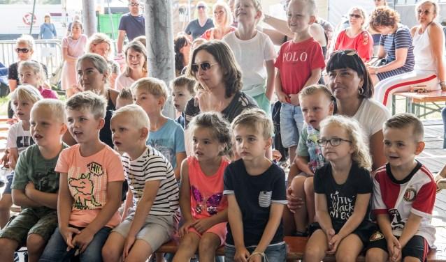 Ademloze aandacht voor de voorstelling die vorige week vrijdagochtend voor de peuters op het Zomerfeest van Tinte werd gegeven. * Foto: Jos Uijtdehaage.