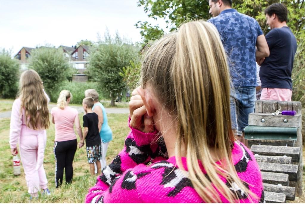 Geschrokken kinderen kijken toe  © GrootHellevoet.nl