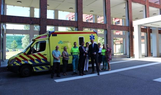 Foto: Arie Wijten, directeur AZRR en Peter Langenbach, voorzitter raad van bestuur van het Maasstad Ziekenhuis ( schudden elkaar de hand ) zijn trots op de start van het ambulance transferium