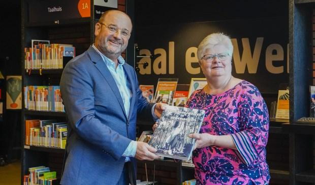 Boekenberg directeur Thissen nam het boek in ontvangst.
