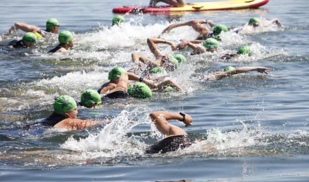 Bij het onderdeel zwemmen hadden de deelnemers het tempo er goed in. * Foto: Wil van Balen.