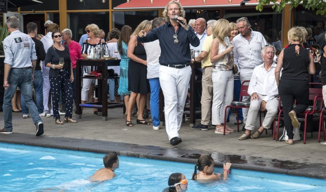 Zanger Ger Vos trad op tijdens de 'pool party' die ter gelegenheid van de Music Night bij het Badhotel werd georganiseerd. * Foto: Jos Uijtdehaage.