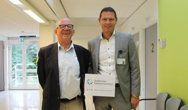 trotse bestuurders Paul van der Velden (links) en Peter Langenbach (rechts) in het Spijkenisse Medisch Centrum.