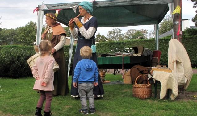 Ook de kleinste buurtbewoners vonden de middeleeuwse muziek van Carole et Brullare erg mooi!
