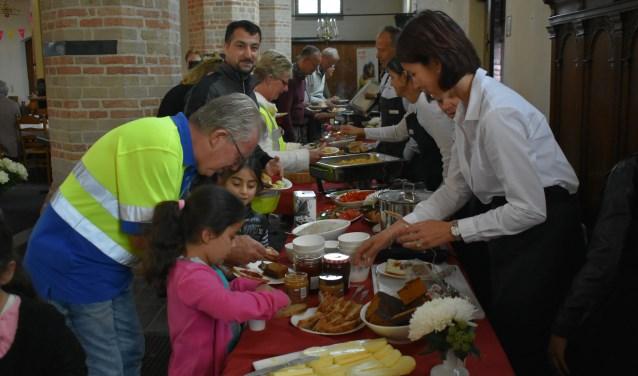 Het Westland Ontbijt werd bezocht door ruim 250 belangstellenden, jong en oud. Foto: (WB)