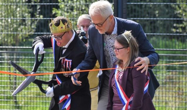 Samen met de 'koninklijke hoogheden' mocht wethouder Vreugdenhil het openingslint doorknippen.