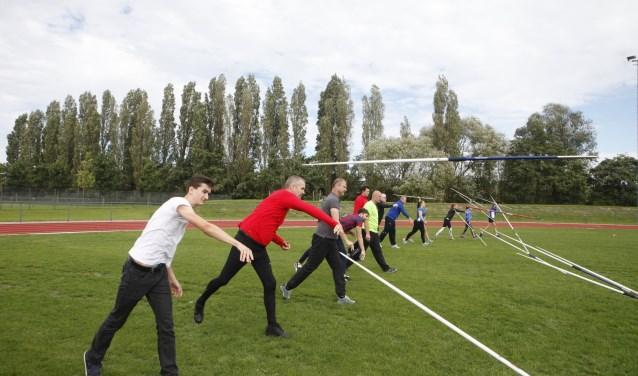 Velen maakten van de gelegenheid gebruik om kennis te maken met een van de disciplines binnen de atletiek. * Foto: Wil van Balen.