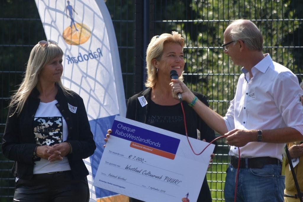 Rabobank Westland stelde een mooie cheque beschikbaar voor 'PUUR! cultuur'.   © Groot-Westland.nl