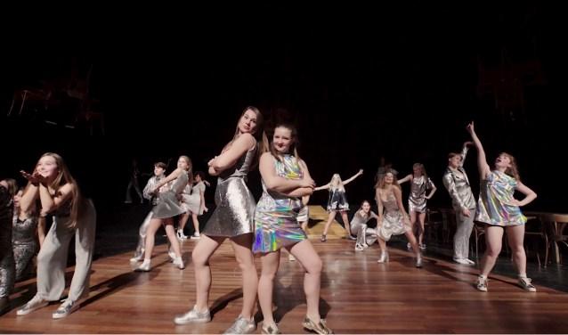 Een voorstelling met zang en dans  (foto Dammes Kieft)