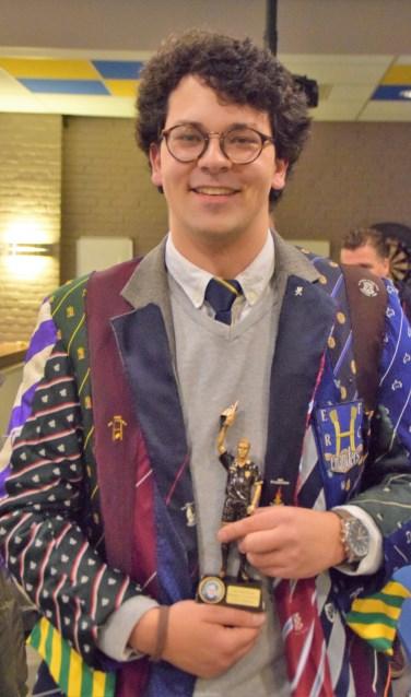 Teus Stolk, zoon van Harry, scoorde de winnende try voor de trotse Eilanders en ontving uit de handen van zijn moeder de Bokaal.
