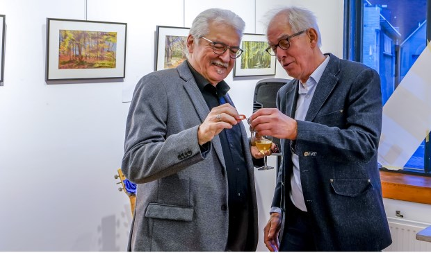 Mark Rede draagt de sleutels over aan RAR voorzitter Jan Horstink (links).