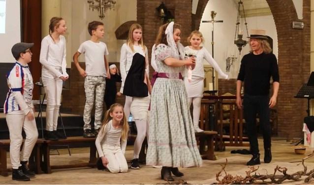 Koos Sekrève en Jolentha Zaat brachten samen met kinderen van de Andreashof de musical The Sound of Music op de planken.