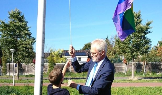 Wethouder Vreugdenhil hees tijdens Coming Out Day 2018 namens het college van B en W vol overtuiging de regenboogvlag.