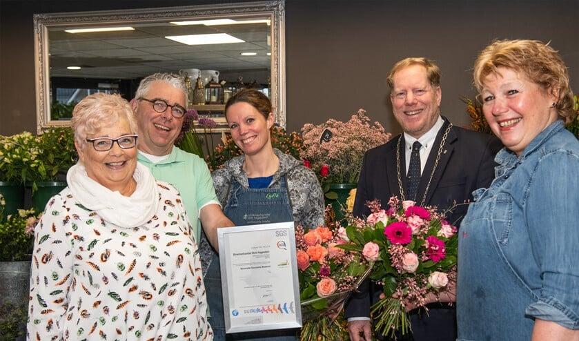 Burgemeester Peter de Jong reikte het duurzaamheidscertificaat 'niveau zilver' uit aan bloemist Dick Hagestein. (Foto: Jos Uijtdehaage).