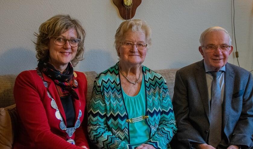 Meneer en mevrouw Korteweg kregen voor hun jubileum burgemeester Ada Grootenboer-Dubbelman op bezoek.  Foto: Sam Fish