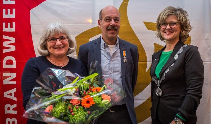 Brandweerman Kees Bal koninklijk onderscheiden Lid in de orde van Oranje Nassau uit handen van Burgemeester Ada Grotenboer (foto: Wim van Vossen)