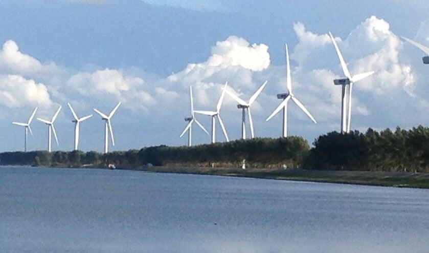 Het hele eiland ziet de windmolens (foto Dorien Kickert)