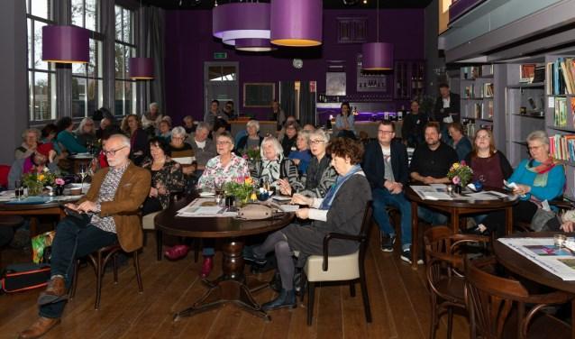 Publiek in het Diekhuus te Middelharnis luisterend naar mooie gedichten. (foto: Leendert Verkerke)