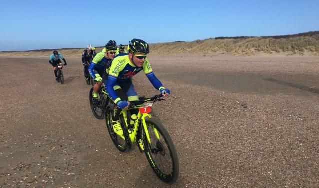 Jan Wouter Roos, in actie tijdens de Strandrace 't Gorsje, verraste zichzelf een dag later met een derde plaats in de Beachrace Zeeland.