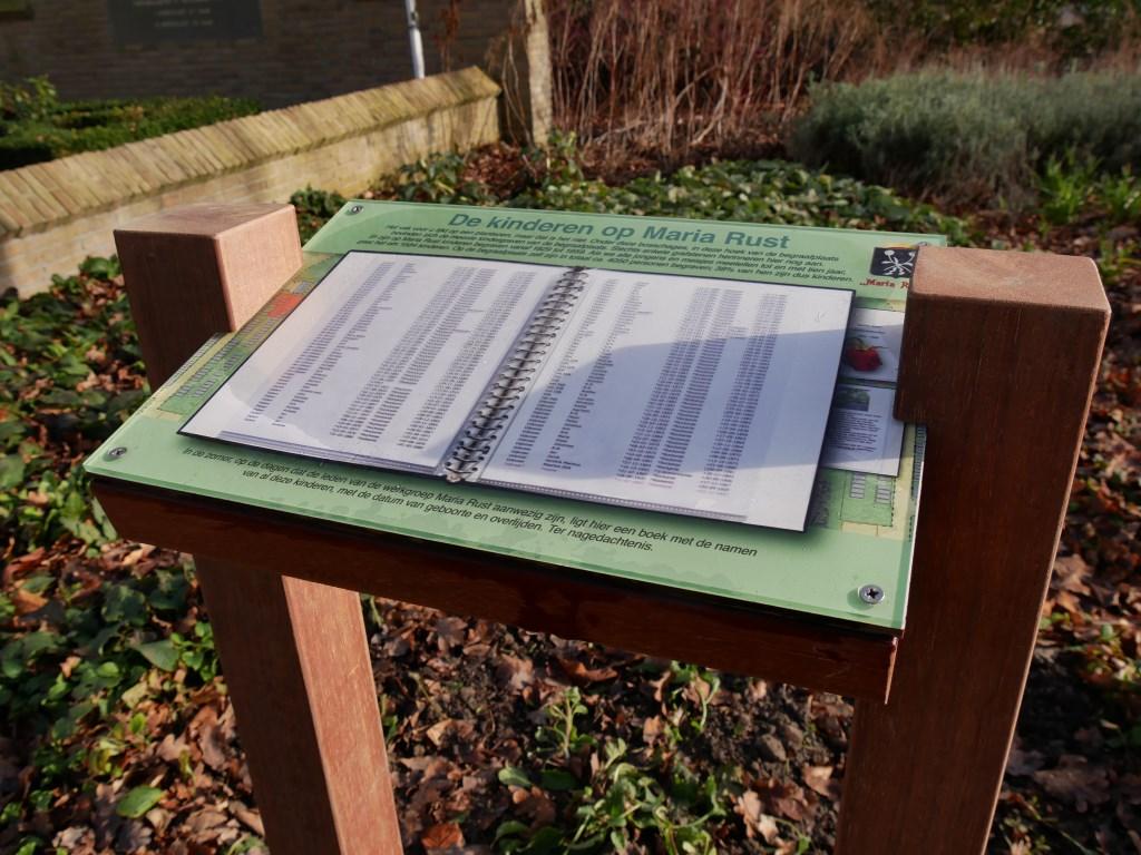 Het kleine informatiebord met informatie over de kinderen die op Maria Rust zijn begraven  © Voorne-putten.nl