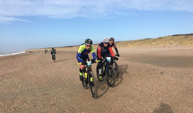 Kees Spuy, met rechts van hem belager André van den Nieuwendijk en Martin van Rij, op weg naar de overwinning en de eindoverwinning.