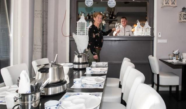 De in de winter 'werkloze' ijssalon van restaurant Eus is in deze maanden omgetoverd tot fondueruimte. (Foto: Jos Uijtdehaage).