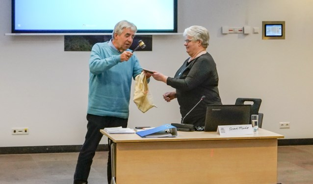 Anne-Marie Koopman neemt de voorzittershamer in ontvangst.