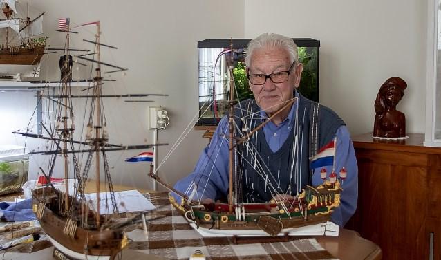 Frits Kruimel heeft al zo'n 30 schepen op schaal nagebouwd.