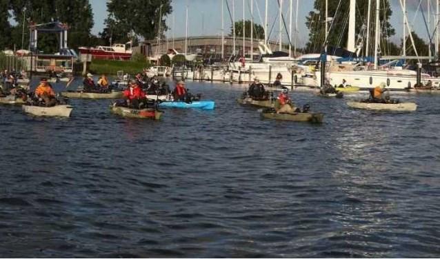 De wedstrijdvissers vertrekken in hun kayak vanuit de jachthaven in Stad aan 't Haringvliet.