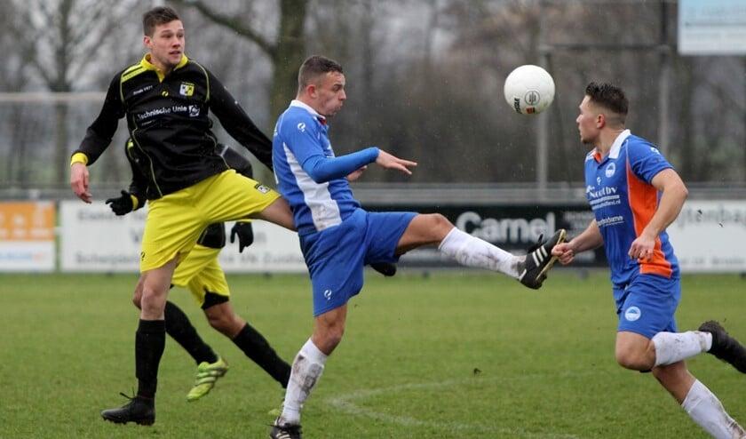 Zuidland stond lang voor in het duel met Strijen, maar zag de ploeg kort voor tijd langszij komen, 3-3.